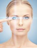 与激光更正框架的妇女眼睛 库存图片