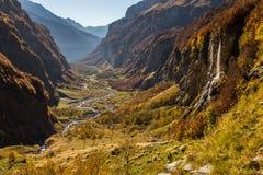 与瀑布和峭壁的山景 库存图片