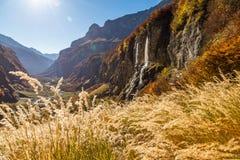 与瀑布和峭壁的山景 免版税库存图片