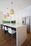 与瀑布海岛长凳的现代澳大利亚厨房整修 免版税库存图片