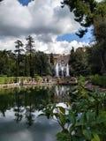 与瀑布的乡下意大利城堡在下雨前 免版税库存图片