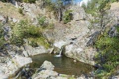 与瀑布的岩石在罗多彼州山 免版税库存照片