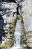 与瀑布的岩石在罗多彼州山 库存照片