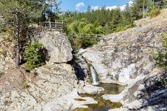 与瀑布的岩石在罗多彼州山 库存图片