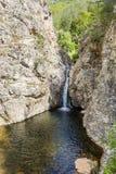 与瀑布的岩石在罗多彼州山 免版税图库摄影