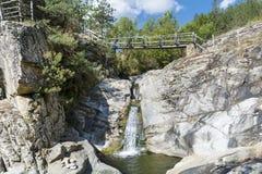 与瀑布的岩石在罗多彼州山 免版税库存图片