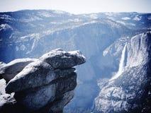 与瀑布的岩石露出 免版税库存照片