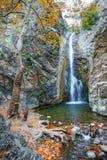 与瀑布的秋天风景 库存照片