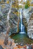 与瀑布的秋天风景 免版税库存图片