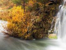 与瀑布的秋天风景 免版税库存照片