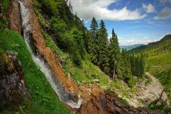 与瀑布的风景在山 免版税库存照片