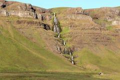 与瀑布的风景风景在冰岛。 免版税库存照片