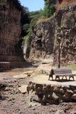 与瀑布的Legvtakhevi (无花果)峡谷在老第比利斯的中心在硫磺浴附近 免版税库存图片