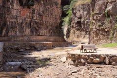 与瀑布的Legvtakhevi (无花果)峡谷在老第比利斯的中心在硫磺浴附近 免版税图库摄影