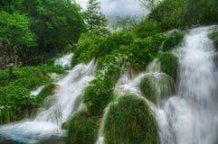 与瀑布, Plitvice,克罗地亚的春天图片 免版税图库摄影