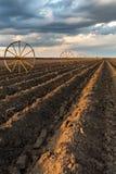与灌溉系统的Potatu领域,在播种之后 免版税图库摄影