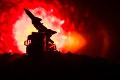 与火云彩的火箭队发射 与火箭导弹的战斗场面有弹头的在晚上瞄准了阴沉的天空 在战争的火箭飞行器 库存图片