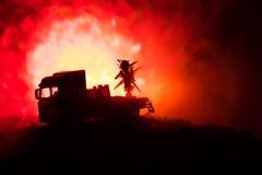 与火云彩的火箭队发射 与火箭导弹的战斗场面有弹头的在晚上瞄准了阴沉的天空 在战争的火箭飞行器 免版税图库摄影