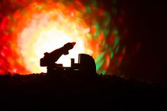 与火云彩的火箭队发射 与火箭导弹的战斗场面有弹头的在晚上瞄准了阴沉的天空 在战争的火箭飞行器 免版税库存照片