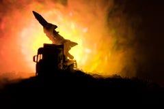 与火云彩的火箭队发射 与火箭导弹的战斗场面有弹头的在晚上瞄准了阴沉的天空 在战争的火箭飞行器 图库摄影