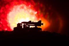 与火云彩的火箭队发射 与火箭导弹的战斗场面有弹头的在晚上瞄准了阴沉的天空 在战争的火箭飞行器 库存照片