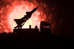 与火云彩的火箭队发射 与火箭导弹的战斗场面有弹头的在晚上瞄准了阴沉的天空 在战争的火箭飞行器 免版税库存图片
