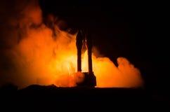 与火云彩的火箭队发射 有弹头的核导弹在晚上瞄准了阴沉的天空 弹道学火箭队战争Backgound 世界 免版税库存图片