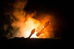 与火云彩的火箭队发射 有弹头的核导弹在晚上瞄准了阴沉的天空 弹道学火箭队战争Backgound 世界 库存图片