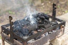 与火和烟的自创烤肉格栅 库存图片