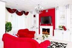 与火地方和红色furni的古典红色客厅内部 库存图片