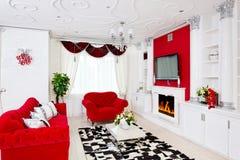 与火地方,红色furnitur的古典红色客厅内部 免版税库存照片