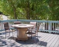 与火坑的在甲板的餐桌和椅子 免版税图库摄影