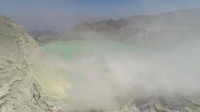 与火山口湖的山风景 股票录像