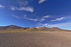 与火山的山的奇妙沙漠风景在gorgeou下 库存照片