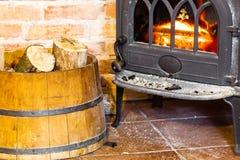 与火火焰和木柴的壁炉在桶内部 热化 免版税图库摄影