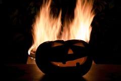 与火火焰的可怕万圣夜背景 杰克o灯笼头 免版税库存图片
