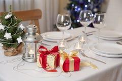 与火炬的圣诞节桌在家 免版税库存图片