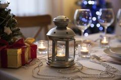 与火炬的圣诞节桌在家 免版税库存照片