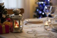 与火炬的圣诞节桌在家 库存图片