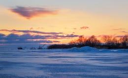 与火热的天空和冻湖的美好的冬天风景 库存照片