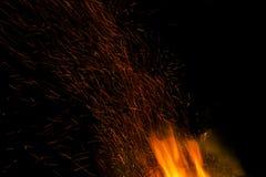 与火热的橙色火焰、火花和炭烬explodi的灼烧的火 库存照片