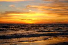 与火热的橙色Cloudscape的日落 免版税库存图片