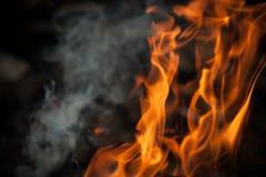 与火焰和烟的背景 免版税库存照片