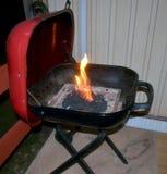 与火焰状木炭冰砖的烤肉格栅 图库摄影