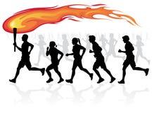与火焰状火炬的赛跑者。 免版税库存照片