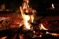 与火焰的发光的营火 免版税库存图片