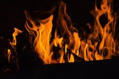 与火焰的壁炉在黑暗 免版税库存照片