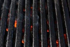 与火焰的抽烟的烤肉格栅 免版税库存照片