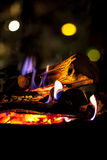 与火焰的灼烧的木头 免版税库存图片