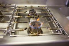 与火焰的煤气炉 库存图片